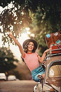 Premium Autoverhuur domein: Autoverhuur.nu | 12.100x op gezocht | Geen Reserve-woman-smiling-sitting-on-car-window-2952775-jpg